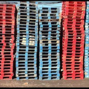 palettes consignes bleues et rouges